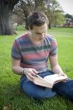 Freizeit-Lesefreien in einem Park stockbild