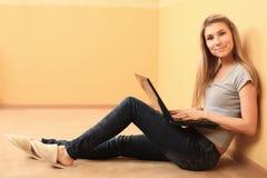 Freizeit mit Laptop Lizenzfreies Stockfoto