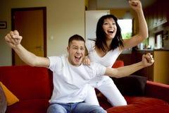 Freizeit zusammen zu Hause Lizenzfreie Stockbilder