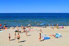 Freizeitbetätigungen auf dem sandigen Strand Stockbild