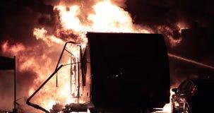 Freizeitfahrzeug fängt Feuer Flammen versenken das Fahrzeug stock video footage