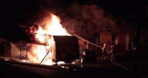 Freizeitfahrzeug fängt Feuer- und Firehouseausbreitung stock video footage