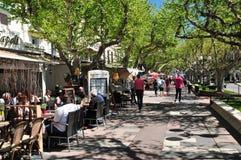 Frejus; Frankrike - april 14 2016: shoppar Arkivbilder