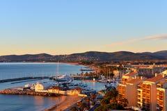 Frejus FRANKRIKE Porten av Frejus en franska Riviera på soluppgång Royaltyfria Bilder