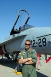 Frelon F/A-18 se tenant prêt pilote Image stock