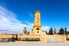 Fremantle战争纪念建筑在一蓝色鸟天 库存照片