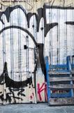 Fremantle,西澳州:有街道画的金属墙壁 库存照片