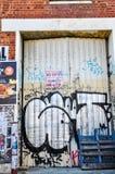 Fremantle, δυτική Αυστραλία: Αλυσοδεμένη πόρτα μετάλλων με τα γκράφιτι Στοκ φωτογραφία με δικαίωμα ελεύθερης χρήσης