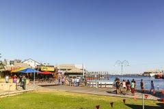 Fremantle, Austrália Ocidental - 2011: Os broadwalks do porto do barco de pesca de Fremantle foto de stock