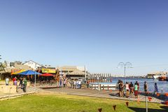 Fremantle västra Australien - 2011: Broadwalksna av den Fremantle fiskebåthamnen arkivfoto