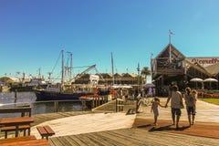 Fremantle västra Australien - 2011: Broadwalksna av den Fremantle fiskebåthamnen royaltyfri foto