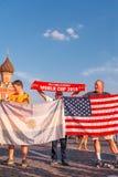 Fremde Fans des Weltcups 2018 auf Rotem Platz lizenzfreie stockfotografie
