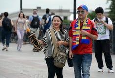 Fremde Fans gehen in die Mitte von Moskau während des Weltcups lizenzfreie stockbilder
