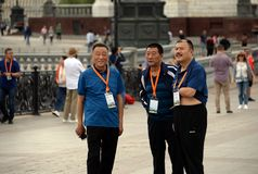 Fremde Fans gehen in die Mitte von Moskau während des Weltcups lizenzfreie stockfotos