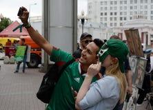 Fremde Fußballfane auf dem Arbat während des FIFA-Weltcups 2018 in Moskau stockfotos