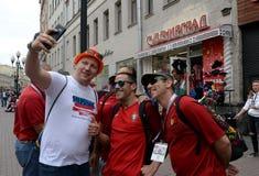 Fremde Fu?ballfane auf dem Arbat w?hrend des FIFA-Weltcups 2018 in Moskau stockfoto
