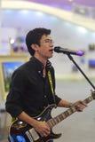 Fremder männlicher Sänger mit E-Gitarre Lizenzfreie Stockfotos