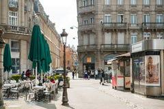 Frenc ställe med kafét och press och byggnader Arkivbild