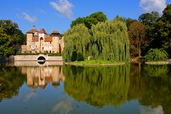 French lakeside castle with eflections, Burgundy Royalty Free Stock Photos