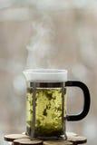 Frenchpress met hete groene thee voor het venster Royalty-vrije Stock Afbeelding