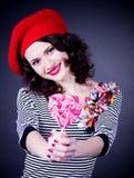 Frenchwoman com os lollipops espirais cor-de-rosa Imagem de Stock Royalty Free