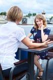 Frendly parlant deux amies Photo libre de droits