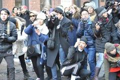Frenesí de los paparazzis, en la semana de la moda de New York City, el 18 de febrero de 2015 Imagen de archivo