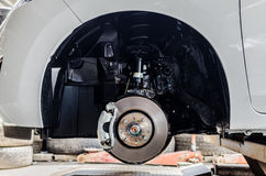 Freno de disco delantero en el coche en vías del nuevo reemplazo del neumático Imágenes de archivo libres de regalías