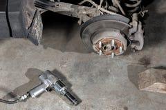 Freno a disco del primo piano del veicolo per la riparazione ruota del colpo, lo strumento per l'allentamento dei dadi vite inter Immagini Stock