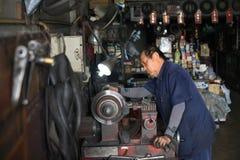 Freno a disco della riparazione del meccanico dalla macchina Immagini Stock Libere da Diritti