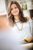 Frente adolescente de la muchacha del espejo Fotos de archivo libres de regalías