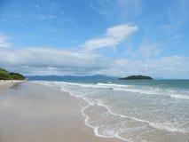 Frente al mar e isla fotos de archivo