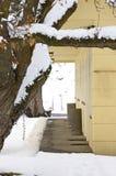 Frente amarillo del edificio en nieve del invierno Fotografía de archivo