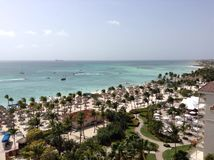 Frente de la playa de Aruban de un centro turístico de gran altura Foto de archivo libre de regalías