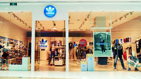 Frente de la tienda de la tienda de la moda de Adidas imágenes de archivo libres de regalías