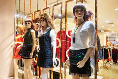 Frente de la tienda de ropa de la ventana de la tienda de la moda Fotografía de archivo libre de regalías