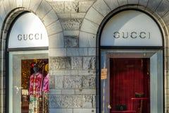 Frente de la tienda de Gucci Marca de lujo italiana de moda y de mercancías de cuero fotos de archivo