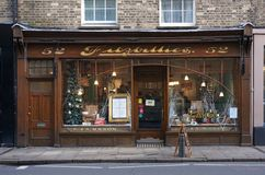 Frente de la ventana del café, Cambridge, Inglaterra con las decoraciones del día de fiesta de la Navidad Fotografía de archivo