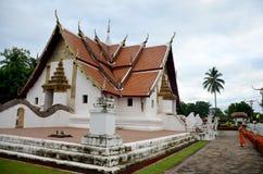 Frente de limpieza del barrido del uso del monje del novato de Ubosot t Wat Phu Mintr o Imagenes de archivo
