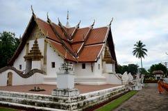 Frente de limpieza del barrido del uso del monje del novato de Ubosot t Wat Phu Mintr o Fotos de archivo