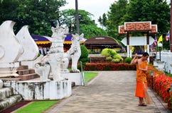 Frente de limpieza del barrido del uso del monje del novato de Ubosot t Wat Phu Mintr o Imágenes de archivo libres de regalías