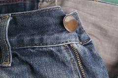 Frente de los pantalones de los vaqueros en detalles Imagenes de archivo