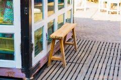 Frente de madera de la tienda del pórtico de la silla, imagen del vintage Foto de archivo libre de regalías