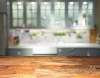 Frente de madera vacío de la sobremesa de la exhibición con la cocina borrosa en fondo fotos de archivo libres de regalías