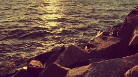 Frente de mar caliente tranquilo con las piedras grandes almacen de video
