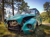 Frente de un coche abandonado de Dyane 2CV Imagenes de archivo