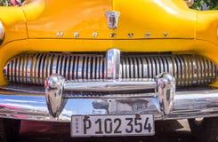 Frente de un coche clásico amarillo de Ford Mercury del americano, en el uba de La Habana foto de archivo