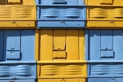 Frente de un coche de la colmena de la abeja con las cajas azules y amarillas Fotos de archivo libres de regalías