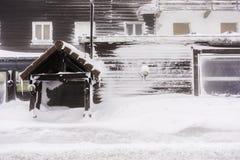 Frente de una casa rasgada cubierta en la nieve - los Vosgos, Francia Foto de archivo libre de regalías