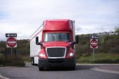 Frente del aparejo del rojo del camión grande semi con de la furgoneta el runnin seco del remolque semi foto de archivo libre de regalías